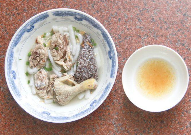 Tô bánh canh bột thịt vịt và chén nước mắm ngon đã sẵn sàng - Ảnh: Mễ Thuận