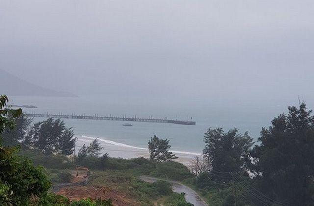 Lúc 11h ngày 25-12, tại Côn Đảo, trời đã bắt đầu mưa nặng hạt. Bão Tembin đang cách Côn Đảo khoảng 290km về phía Đông - Ảnh: BÁ SƠN