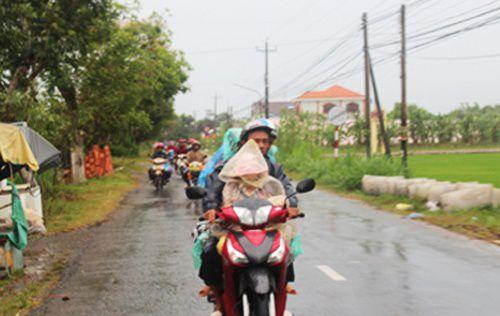 Dòng người dân đang hối hả di dời tránh bão