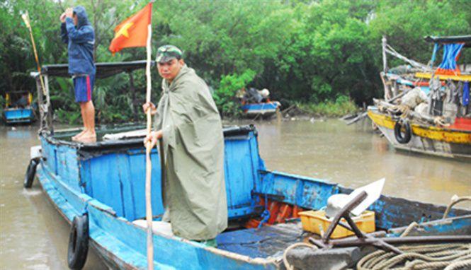Các lực lượng chức năng giúp ngư dân đưa tàu thuyền về nơi an toàn