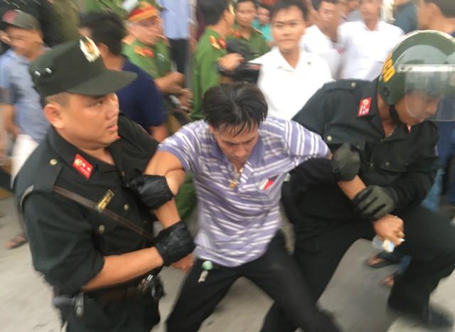 Tài xế Trịnh Hồng Phương bị công an áp giải đưa về đồn hôm 30/11