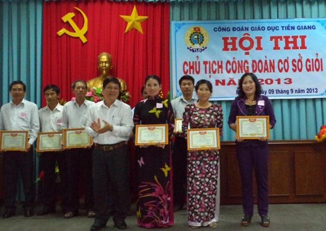 Chị Uyên (hàng trên, thứ 3 từ phải sang) tại Hội thi CBCĐ cơ sở giỏi.