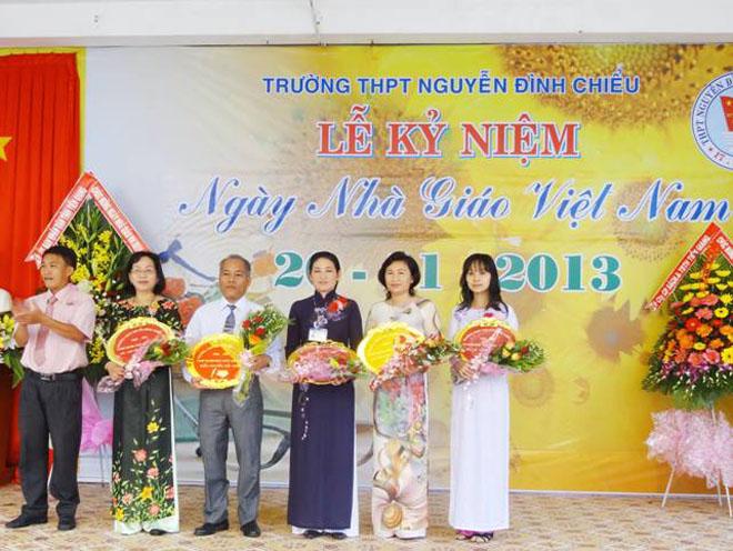 Chị Uyên (thứ ba từ phải sang) trong lễ kỷ niệm ngày nhà giáo VN 20.11.