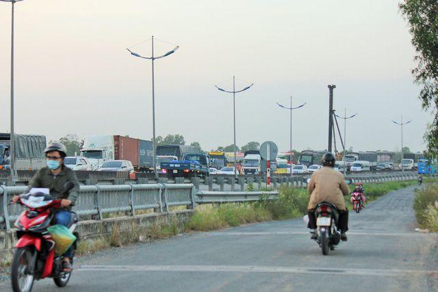 Hàng trăm xe ô tô xếp hàng trên đường cao tốc TP.HCM - Trung Lương, hướng về miền Tây chiều 30-12 - Mậu Trường