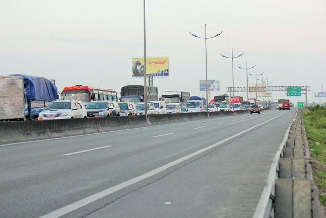 Hàng trăm xe ô tô xếp hàng trên đường cao tốc TP.HCM - Trung Lương, hướng về miền Tây chiều 30-12 - Ảnh: Mậu Trường