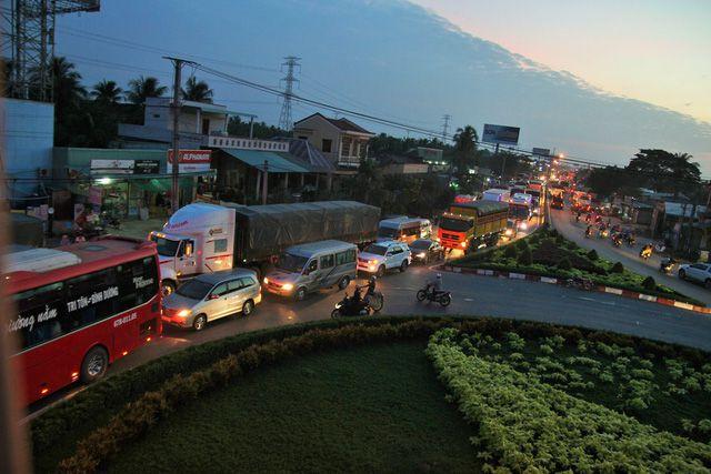 Vòng xoay Thân Cửu Nghĩa trên đường cao tốc do xung đột giao thông nên ùn ứ xảy ra - Ảnh: Mậu Trường