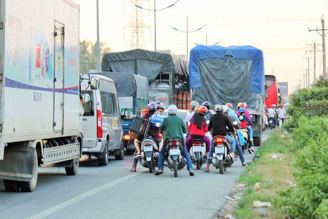 Nhiều ôtô chạy chiếm hết làn xe máy trên đường dẫn vào cao tốc khiến tình trạng giao thông càng hỗn loạn - Mậu Trường
