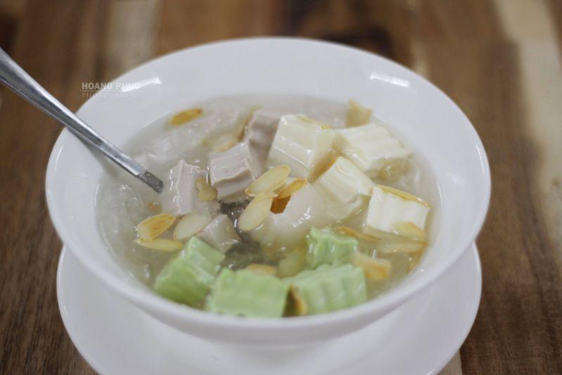Chè khúc bạch tại quán Bánh Mỳ Chảo 139 - Mỹ Tho. Photo Hoang Phuc