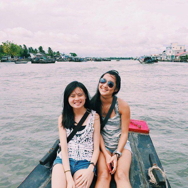 Bạn sẽ được ngồi thuyền trên sông tham quan chợ nổi Cái Bè