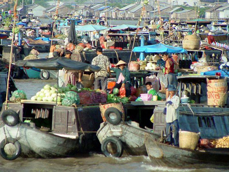 Rất nhiều ghe thuyền các tỉnh Miền Tây Nam Bộ tụ họp về đây