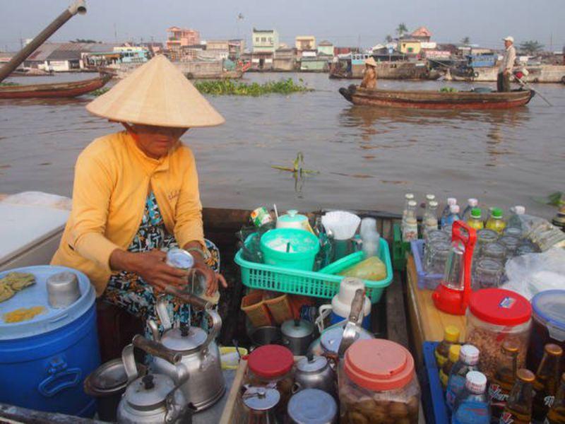 Ghe bán nước giải khát tại chợ nổi Cái Bè