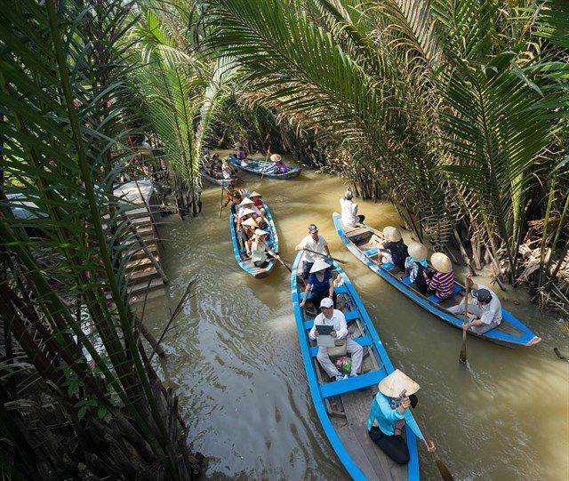 Trên con đò chèo len qua các rạch dừa nước tại cù lao Thới Sơn