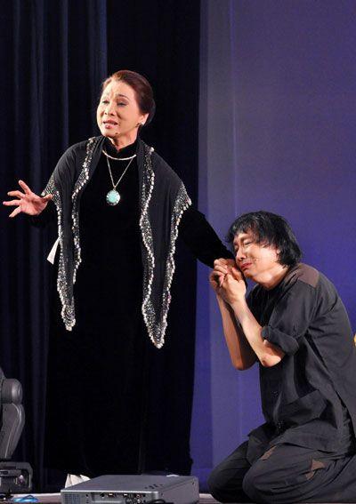 Nghệ sĩ Bạch Tuyết đóng vai cô Lựu và nghệ sĩ Minh Vương đóng Võ Minh Luân trong một bản dựng.