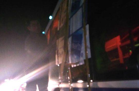 Một xe khách bị ném bể kính tại cầu Bà Muồng trên đường tránh BOT Cai Lậy, Tiền Giang