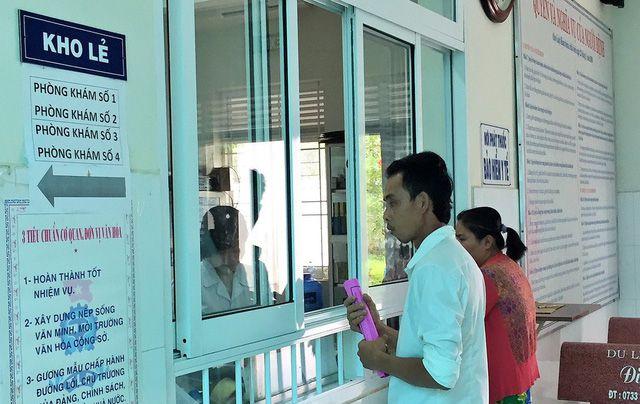 Lấy thuốc bảo hiểm y tế tại TTYT huyện Tân Phú Đông - Ảnh: Mậu Trường