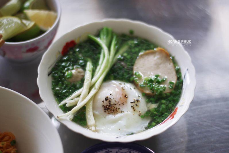Nước soup để ăn kèm thì cũng không kém phần thú vị: trứng gà, chả, viên mộc thịt heo, thịt bò tái và hành cọng