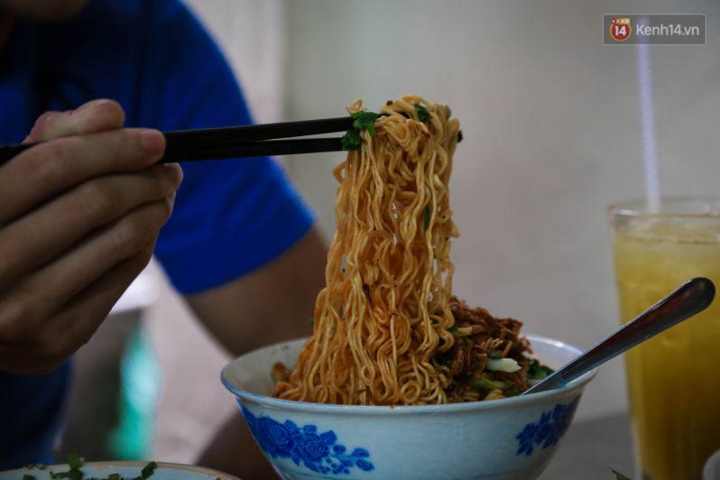 Món ăn được kích thích trước tiên là màu sắc của mì được trộn với muối ớt