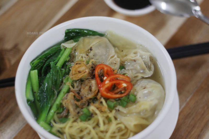 Mì Soup Hoành Thánh tại quán Bánh Mỳ Chảo 139 - Mỹ Tho. Photo Hoang Phuc