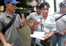 Tài xế Trịnh Hồng Phương cầm biên bản đến cơ quan công an huyện Cai Lậy làm việc vào chiều 4-12 - Ảnh: MẬU TRƯỜNG