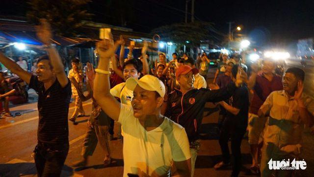 Giới tài xế quanh khu vực trạm BOT Cai Lậy hò reo vui mừng sau khi biết quyết định của Thủ tướng vào tối 4-12 - Ảnh: NAM TRẦN