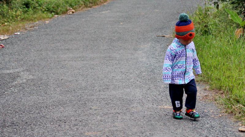 Em bé miền Tây được trùm kín bằng mũ len, quần áo ấm - Ảnh: Mậu Trường