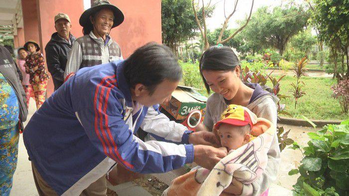 Lãnh đạo huyện Tân Phú Đông thăm hỏi sức khỏe người trước khi trở về nhà. Ảnh: Bá Thủy