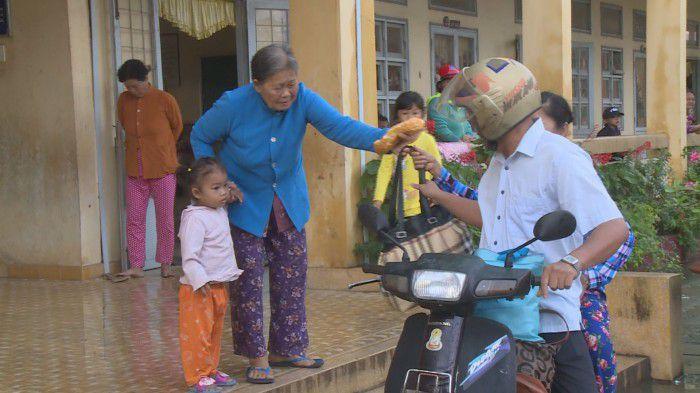 Người dân Tiền Giang đi tránh bão trở về nhà sau khi bão 16 suy yếu