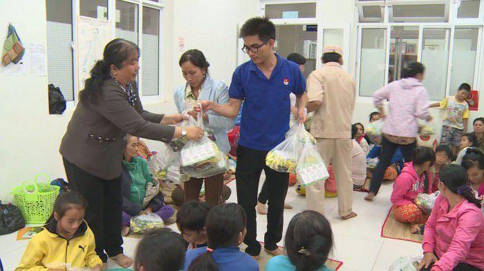 Ủy ban MTTQ tỉnh Tiền Giang và các đoàn thể tặng quà cho người dân tránh trú bão. Ảnh: Việt Bình