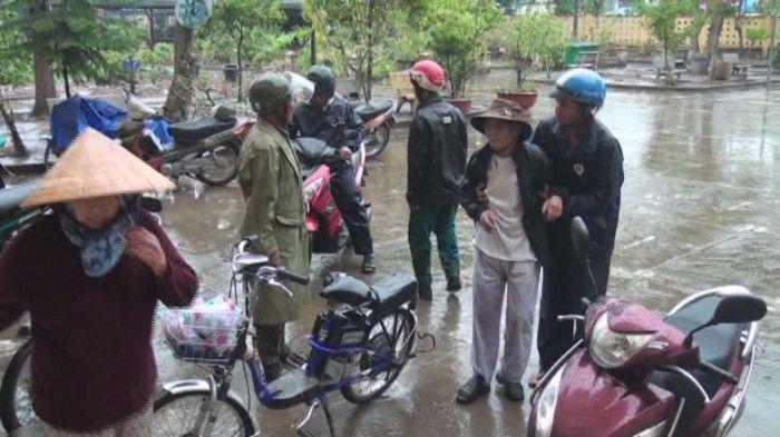 Gò Công Tây tổ chức xe rước người già, trẻ em và phụ nữ mang đi tránh bão. Ảnh: Đoàn Vũ