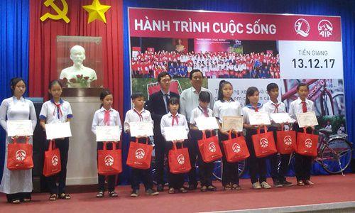 Quà tặng cho 30 em học sinh nghèo hiếu học của tỉnh Tiền Giang