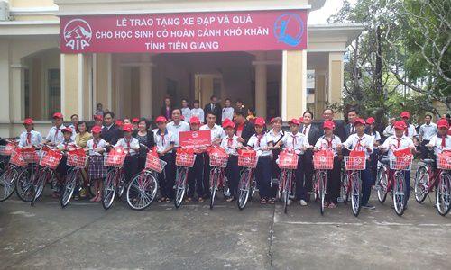 Tặng xe cho trẻ em nghèo hiếu học