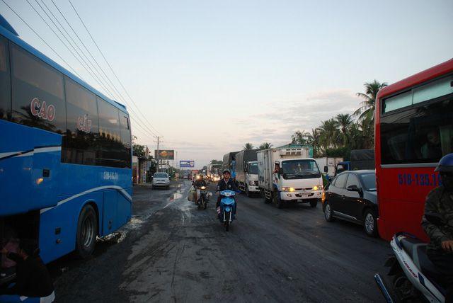 Vụ tai nạn vào rạng sáng 9-12 khiến giao thông trên quốc lộ 1 bị ùn ứ - T. Tú