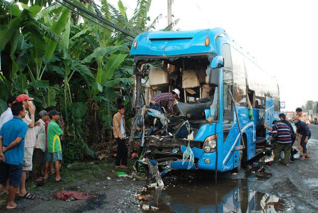 Chiếc xe giường nằm bị hư hỏng nặng sau vụ tai nạn - T.Tú