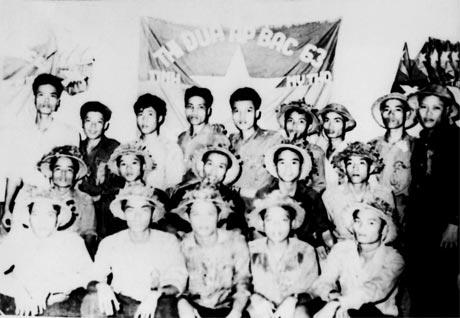 Cán bộ, chiến sĩ Tiểu đoàn 514 nhận Cờ thi đua Ấp Bắc năm 1963