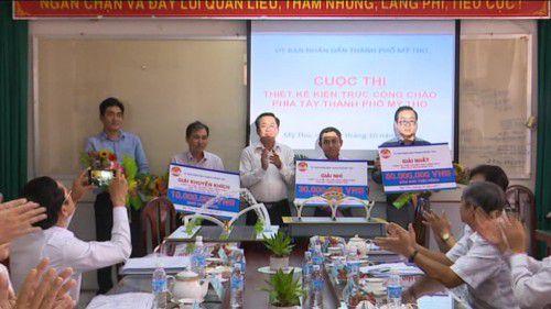 Ban tổ chức trao giải cho các thiết kế xuất sắc.