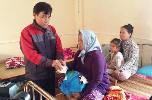 Đồng chí Ngô Huỳnh Quang Thái - Phó Bí thư Thường trực Tỉnh Đoàn thăm, tặng quà tại huyện Tân Phú Đông