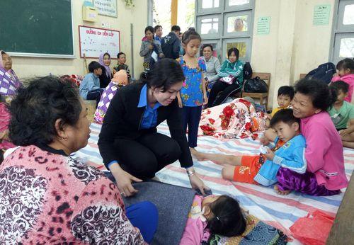 Đồng chí Nguyễn Thị Uyên Trang - Bí thư Tỉnh Đoàn thăm tặng quà cho nhân dân tránh bão tại huyện Gò Công Đông