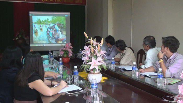 Thảo luận và lựa chọn ảnh đẹp du lịch Tiền Giang. Ảnh: Công Luận