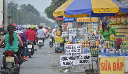 Bày bán hẳn xuống lòng đường gây mất an toàn giao thông