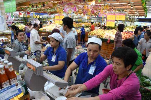 Siêu thị kinh doanh hàng nghìn mặt hàng phụ vụ người dân cùng nhiều chương trình giảm giá.