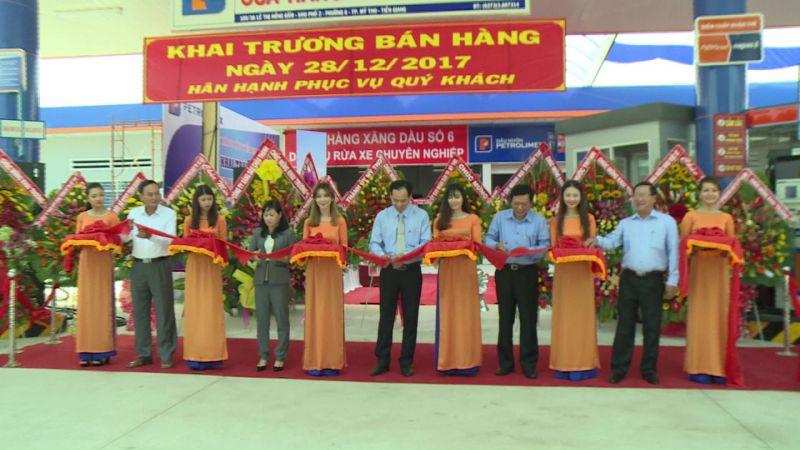 Các đại biểu cắt băng khánh thành Cửa hàng xăng dầu số 6 của Petrolimex Tiền Giang. Ảnh: Lê Long