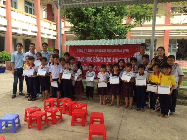 Đại diện GrobestVN trao học bổng cho các em học sinh tiểu học ở Tiền Giang