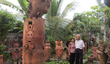 Họa sĩ Hoàng Anh và Kim Cúc bên một góc vườn trưng bày tác phẩm gốm (đất nung).