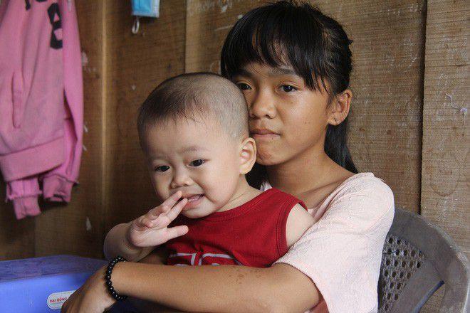 Người mẹ trẻ Tiền Giang quằng mình nuôi con và bố mẹ già trong cảnh đơn thân