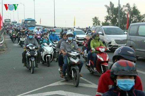 Kẹt xe trầm trọng ở Tiền Giang do phương tiện đổ về TP.HCM tăng cao