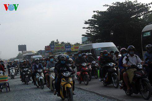 Giao thông trên Quốc lộ 60 địa bàn huyện Châu Thành, tỉnh Bến Tre chiều 1/1 rất lộn xộn.