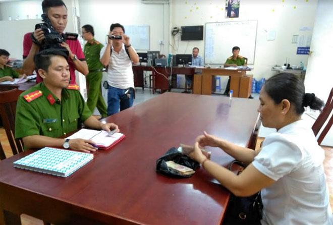 Bà Phạm Thị Ngọc Thảo nhận lại 60 triệu đồng tại cơ quan Công an.