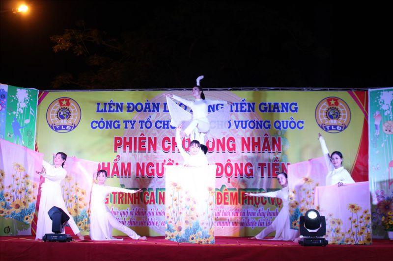 CNLĐ biểu diễn văn nghệ tại lễ khai mạc.
