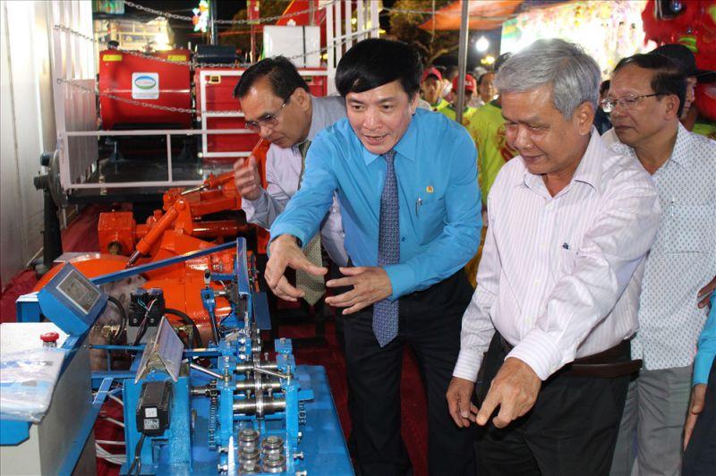 Chủ tịch Bùi Văn Cường thú vị với sản phẩm của CNLĐ.