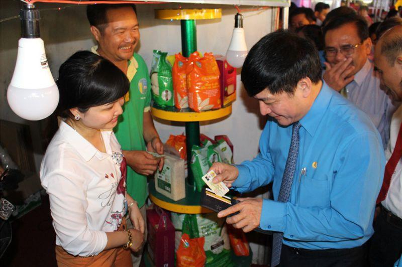 Chủ tịch Bùi Văn Cường mua hàng giảm giá bằng thẻ đoàn viên.